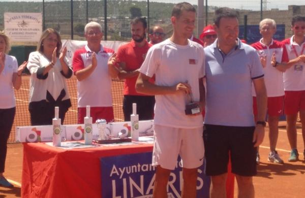 Simon Ivanov, que iba acompañado de Sevilla Tennis Real, recoge su trofeo de subcampeón en el Open Ciudad de Linares
